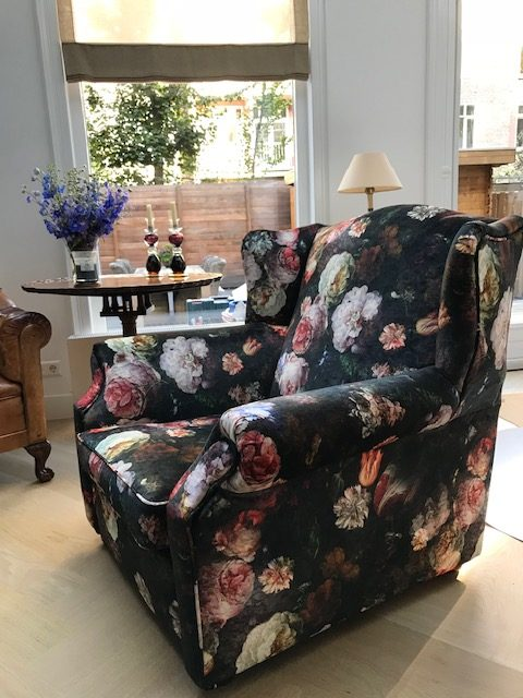 fauteuil gestoffeerd in velours van Osborne & Little
